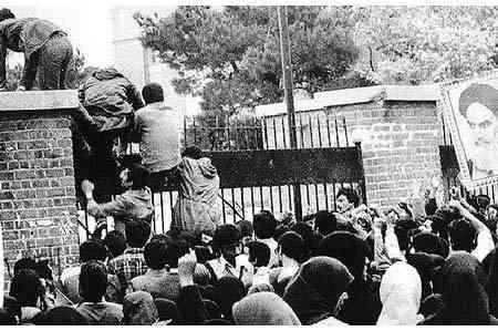 """L'Imam Khomeini sur Twitter : """"le démantèlement du #NideEspions (embassade des #USA) le 4/11/1979…"""